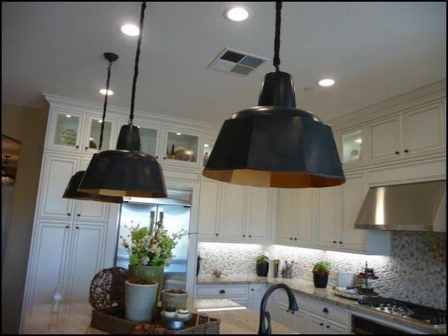 balck lamps of the kitchen looks fabulouse
