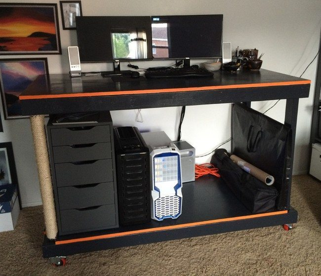 desk fo the pc with rolls