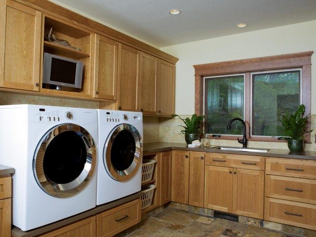 Laundry room decorated in natural earth colors
