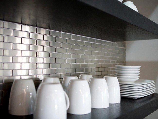 brick splashes of the grey color in the kitchen