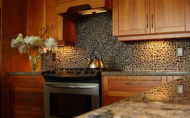 mosaic stone brisk splaches in the dar kitchen