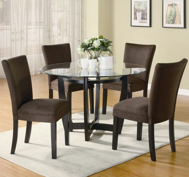 roud table mader from glass with ordinary chairs around