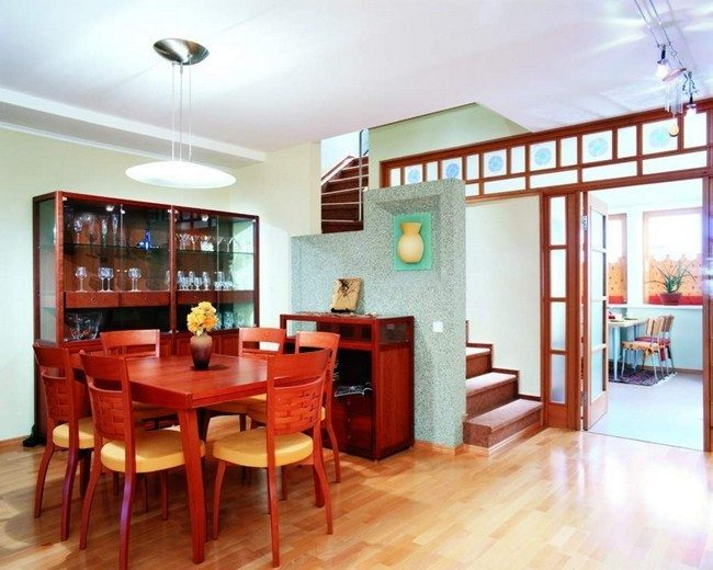 Use of warm wood in dining room furniture