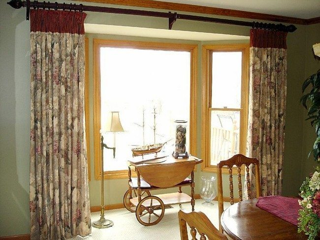 Bay window design creativity decor around the world for Ideas for bay window treatments