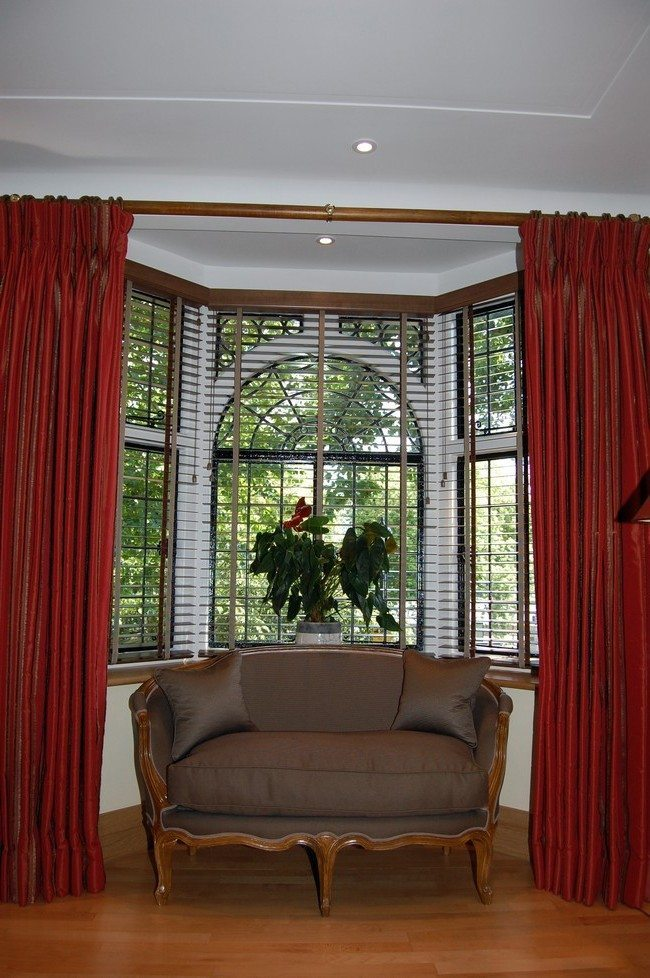Bay window design creativity decor around the world for Bay window treatment ideas living room
