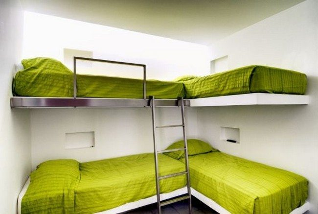 Simple and minimalist bunk room design