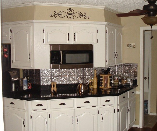 Metallic backsplash arranged in tile patterns
