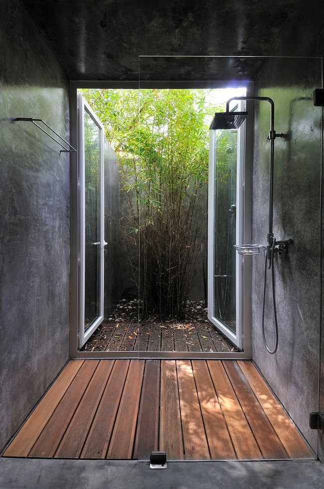 Small outdoor bathroom design that maximizes on the little space