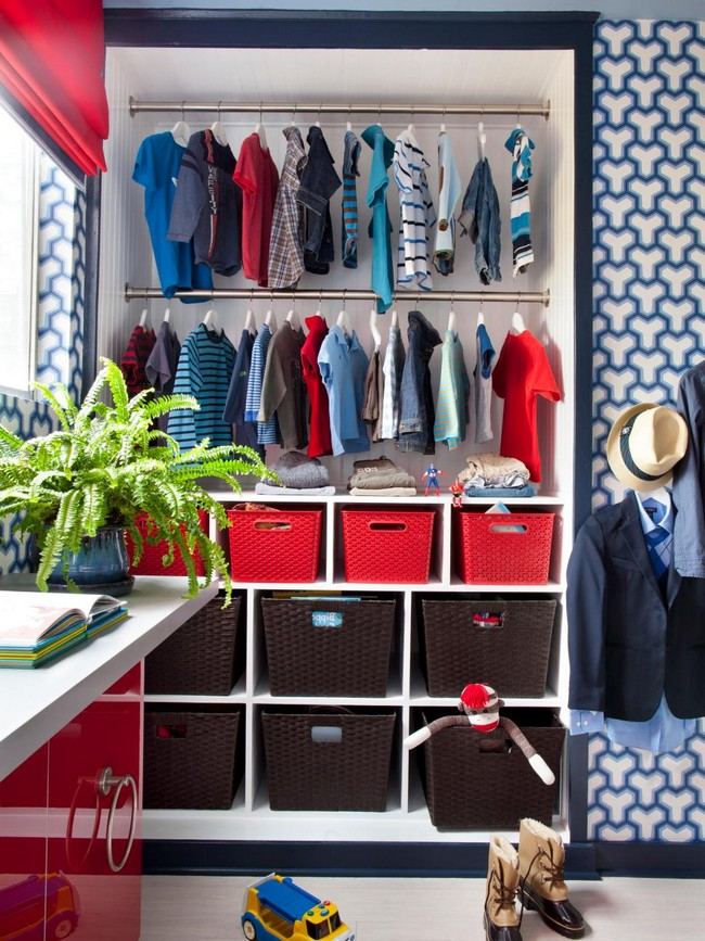 Blue wallpaper blends in perfectly with the red décor, setting a lively atmosphere