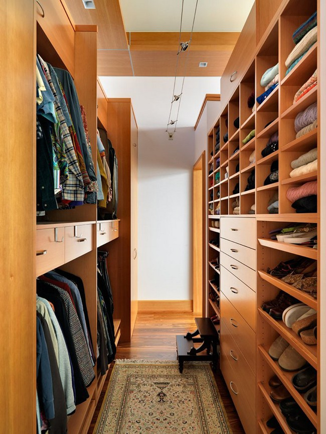 Medium-sized men's closet, designed by neatly pairing hardwood drawers with shelves, creating a clean-cut look