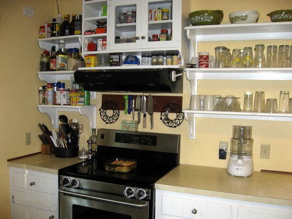 Open shelving combined with cabinets