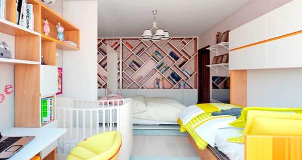 Если места в комнате мало, ребёнок может разместится над родителями